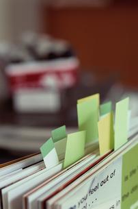 付箋が貼ってある本の写真素材 [FYI03235718]