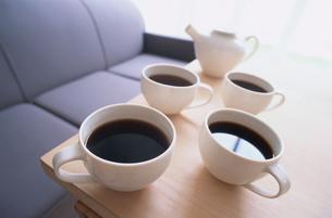 テーブルの上のコーヒーカップ4ヶの写真素材 [FYI03235742]