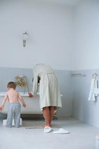 バスルームの母親と子供の写真素材 [FYI03235758]