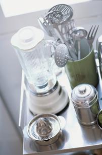 シルバーのキャビネットの上の調理道具の写真素材 [FYI03235760]