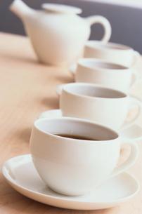 白いカップとソーサー4つの写真素材 [FYI03235761]