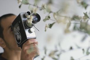 8ミリビデオを録る男性の写真素材 [FYI03235782]