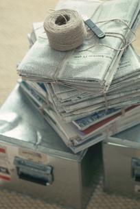 スチールの箱の上の縄紐で束ねた新聞の写真素材 [FYI03235789]