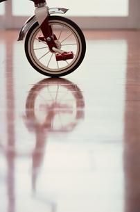 フローリングに映り込む三輪車の写真素材 [FYI03235800]