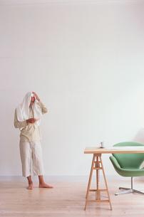 白いバスタオルをかぶった男性の写真素材 [FYI03235821]