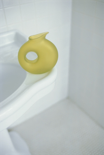 洗面台の上のグリーンのまるい花瓶の写真素材 [FYI03235842]