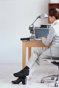 ノートパソコンに向かうスーツの女性の写真素材 [FYI03235849]
