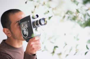 8ミリカメラを持つ男性の写真素材 [FYI03235854]