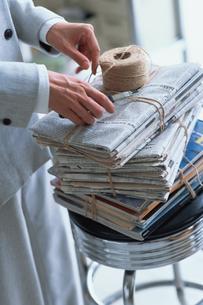 紐で縛った新聞と雑誌の写真素材 [FYI03235855]