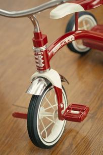 室内に置いた三輪車の写真素材 [FYI03235856]