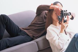 カメラを撮る女性と支える男性の写真素材 [FYI03235858]