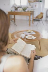 読書をする女性の写真素材 [FYI03235901]