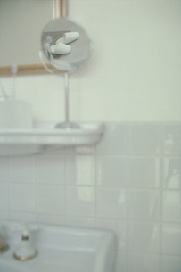 洗面台と鏡に映った白いスリッパの写真素材 [FYI03235915]