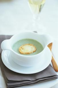 パンの入ったスープと白ワインの写真素材 [FYI03235948]