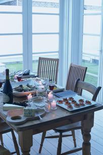 夕暮れのテーブルのパーティ料理の写真素材 [FYI03235959]
