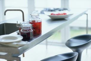 調理台に置いたフルーツの瓶詰めの写真素材 [FYI03235971]