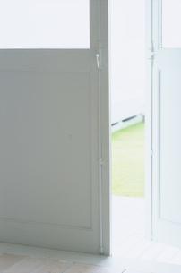 開いたドアの写真素材 [FYI03235979]