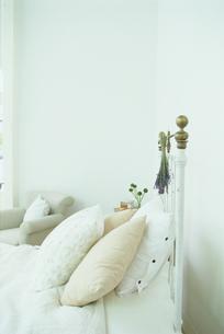 白いクッションとラベンダーのあるベッドの写真素材 [FYI03236003]