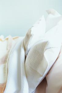 ベッドの白い枕の写真素材 [FYI03236011]