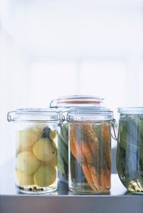 瓶詰めの野菜の写真素材 [FYI03236020]