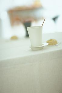 テーブル上の白いカップの写真素材 [FYI03236040]