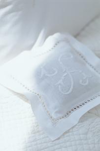 刺繍の入った白いクッションの写真素材 [FYI03236047]