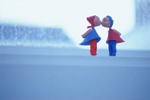 窓辺に置いたキスをする人形の写真素材 [FYI03236056]