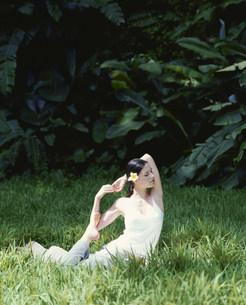 ヨガのポーズをとる女性の写真素材 [FYI03236071]