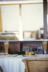 テーブルの上の洋ナシとジュースの写真素材 [FYI03236126]