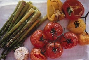 焼かれたトマトとアスパラガスとパプリカの写真素材 [FYI03236127]