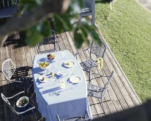 テラスにあるテーブルセットの写真素材 [FYI03236172]