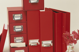 赤いボックスとバインダーの写真素材 [FYI03236270]