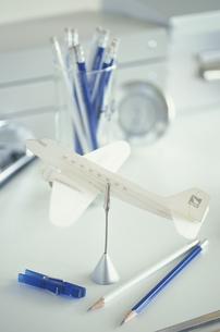 紙で出来た白い飛行機と青系ステーショナリーの写真素材 [FYI03236280]