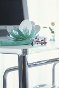 プラスチックのCDホルダーとバイクの置物の写真素材 [FYI03236290]