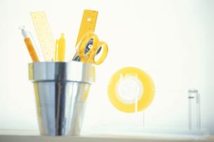 シルバーのコップと黄色いステーショナリーの写真素材 [FYI03236296]