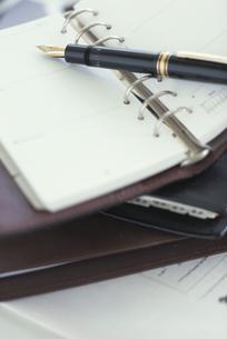 手帳とペンの写真素材 [FYI03236325]