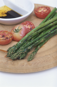 トマトとアスパラガスのグリルの写真素材 [FYI03236443]
