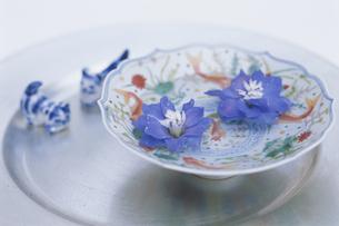 デルフィニウムと中国食器と箸置きの写真素材 [FYI03236509]