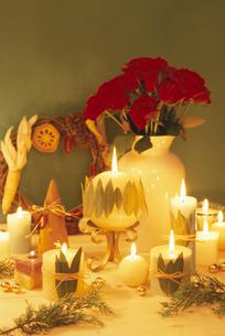 キャンドル・白花瓶の赤ガーベラ・ハスのリース等の写真素材 [FYI03236674]