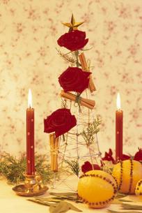ワイヤーツリーにつけた赤いバラ・赤いキャンドル等の写真素材 [FYI03236675]