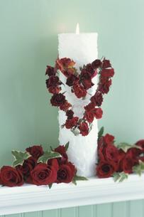 キャンドルにつけたハート型赤いリース等の写真素材 [FYI03236678]