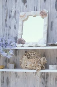 棚の上の貝殻のついた鏡・デルヒニューム・メッシュ袋等の写真素材 [FYI03236724]
