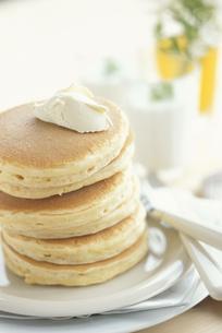 バターをのせた4枚重ねのパンケーキの写真素材 [FYI03236764]
