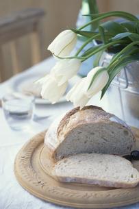 アルミバケツに白チューリップとスライスしたパン等の写真素材 [FYI03236772]