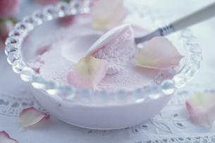 バラアイス・バラの花びら・スプーンの写真素材 [FYI03236816]