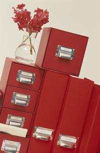 赤いボックスとバインダーの写真素材 [FYI03237145]