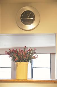 花と時計の写真素材 [FYI03237167]
