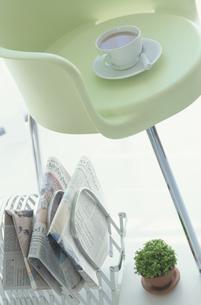 椅子とコーヒーの写真素材 [FYI03237190]