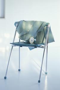 椅子と時計の写真素材 [FYI03237196]