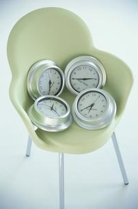 椅子と時計の写真素材 [FYI03237203]